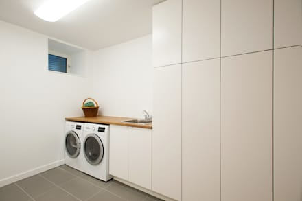 : minimalistic Dressing room by Solares Architecture
