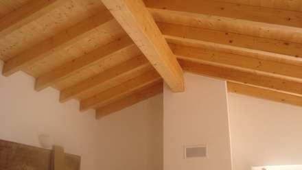 Coberturas em telha e madeira com isolamento térmico em aglomerado de cortiça: Paredes  por Arq2T. Atelier