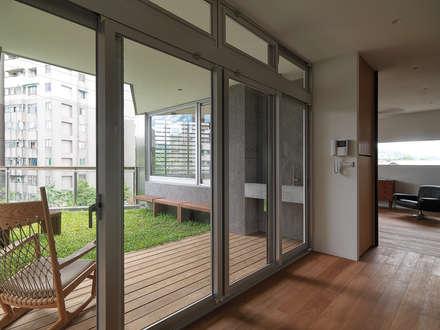 YS114 House:  窗戶與門 by 前置建築 Preposition Architecture
