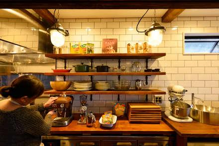 ブルックリンスタイルの厨房: 株式会社SHOEIが手掛けたキッチンです。