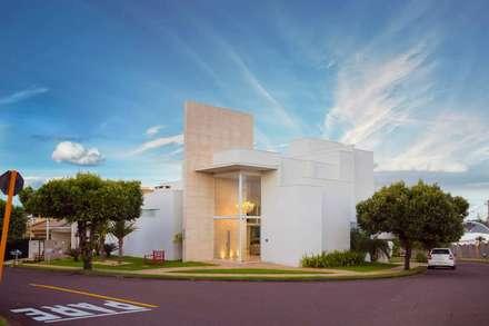 Fachada Frontal: Casas modernas por mariaeunicearquitetura