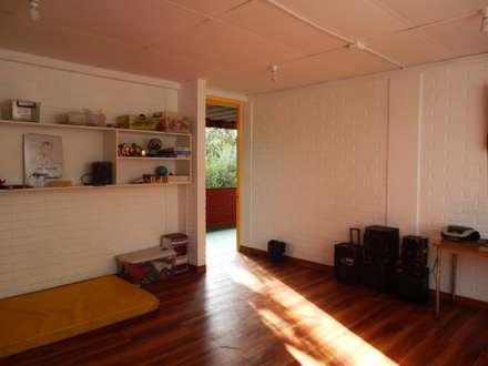 REMODELACION COLEGIO ALAMIRO, sala colegio: Escuelas de estilo  por CREARCO