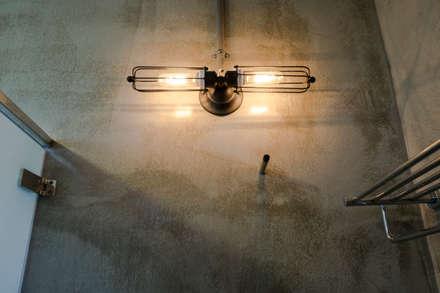 三野高台:  浴室 by 築里館空間設計