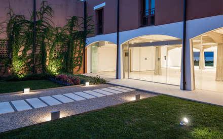 Giardino d'ingresso all'Hotel Corte Rosada: Giardino in stile in stile Mediterraneo di Officina29_ARCHITETTI