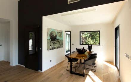 Zona pranzo in soggiorno: Sala da pranzo in stile in stile Moderno di MBquadro Architetti