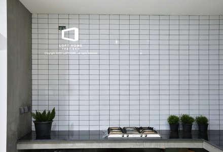 """บ้านเดี่ยว 2ชั้น สไตล์โมเดิร์นลอฟท์ """" ECO - LOFT """":  ห้องครัว by LOFT HOME (THAILAND) Co.,Ltd"""