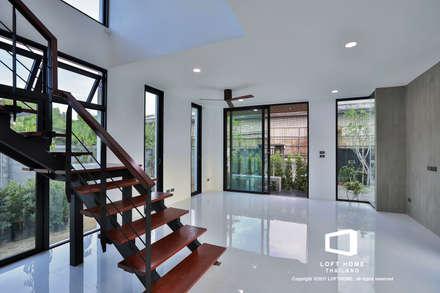 """บ้านเดี่ยว 2ชั้น สไตล์โมเดิร์นลอฟท์ """" ECO - LOFT """":  ห้องนั่งเล่น by LOFT HOME (THAILAND) Co.,Ltd"""