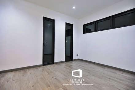 """บ้านเดี่ยว 2ชั้น สไตล์โมเดิร์นลอฟท์ """" ECO - LOFT """":  ห้องนอน by LOFT HOME (THAILAND) Co.,Ltd"""