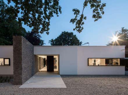 Unter den Eichen: moderne Häuser von htarchitektur