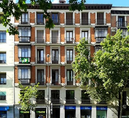 Fachada edificio rehabilitado: Casas multifamiliares de estilo  de Arkin