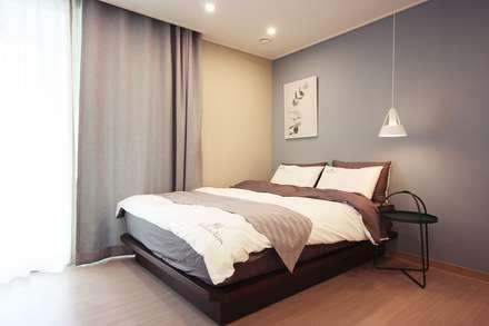 [홈라떼] 위례 38평 새아파트 TV 없는 거실 홈스타일링 : homelatte의  침실