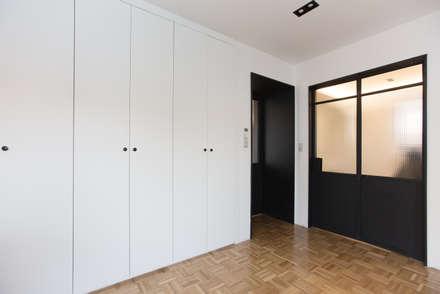 Trace House : 미우가 디자인 스튜디오의  침실