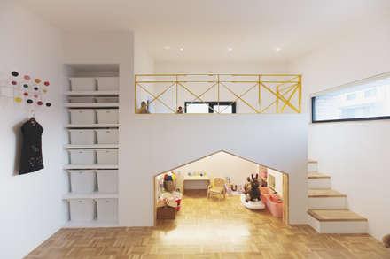 country Nursery/kid's room by 미우가 디자인 스튜디오