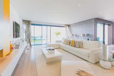 Moradia BN: Salas de estar modernas por Fragmentos Mínimos
