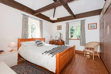 England's smallest castle: landhausstil Schlafzimmer von press profile homify