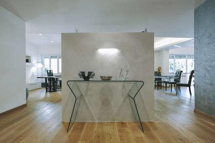 Ristrutturazione completa appartamento a Roma : Ingresso & Corridoio in stile  di piano a