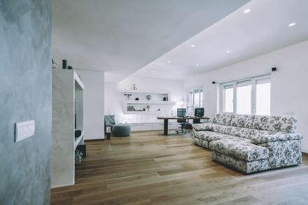 Ristrutturazione completa appartamento a Roma : Soggiorno in stile in stile Moderno di piano a