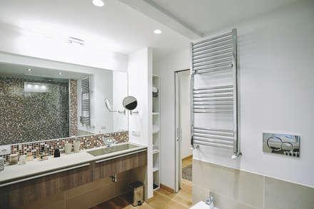 Ristrutturazione completa appartamento a Roma : Bagno in stile in stile Moderno di piano a
