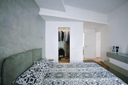 Ristrutturazione completa appartamento a Roma : Camera da letto in stile in stile Moderno di piano a