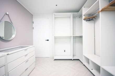 인천 부평 모던한 32평 아파트 신혼집 홈스타일링: homelatte의  드레스 룸