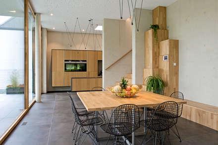 Hybrides und ökologisches Einfamilienhaus aus Beton und Massivholz in Mersch (Luxemburg): moderne Esszimmer von massive passive
