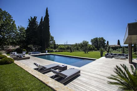 AIX-EN-PROVENCE - jardin méditerranéen contemporain: Piscine de style de style Moderne par Agence MORVANT & MOINGEON