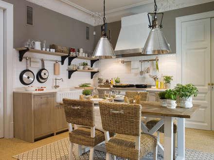 Office central: Cocinas de estilo rural de DEULONDER arquitectura domestica