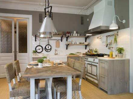 Pared en combinación de cerámica biselada y pintura en tono topo: Cocinas de estilo rústico de DEULONDER arquitectura domestica