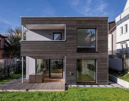 Vorvergraute schiefergraue Dura Patina Fassade verleiht dem würfelförmigen Baukörper einen modernen Vintage-Look: moderne Häuser von KitzlingerHaus GmbH & Co. KG