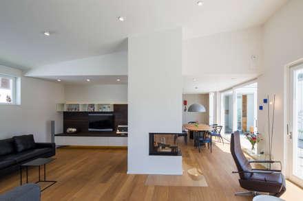 Wohnhaus E1 in Bad Boll : moderne Wohnzimmer von Gaus & Knödler Architekten