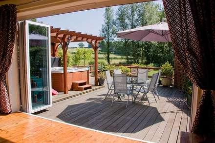 Puertas plegadizas para la remodelación de vivienda en Reino Unido: Terrazas de estilo  por AIRCLOS