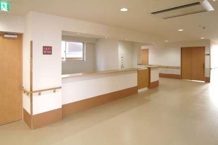 ラグジュアリー老人ホーム: 株式会社小木野貴光アトリエ一級建築士事務所が手掛けた書斎です。