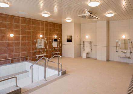 森の中の老人ホーム: 株式会社小木野貴光アトリエ 級建築士事務所が手掛けた浴室です。