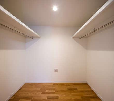 収納の家: 株式会社小木野貴光アトリエ一級建築士事務所が手掛けたウォークインクローゼットです。