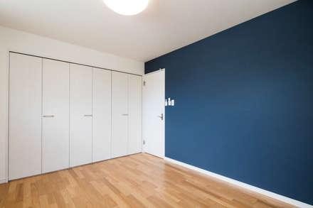 収納の家: 株式会社小木野貴光アトリエ 級建築士事務所が手掛けた寝室です。