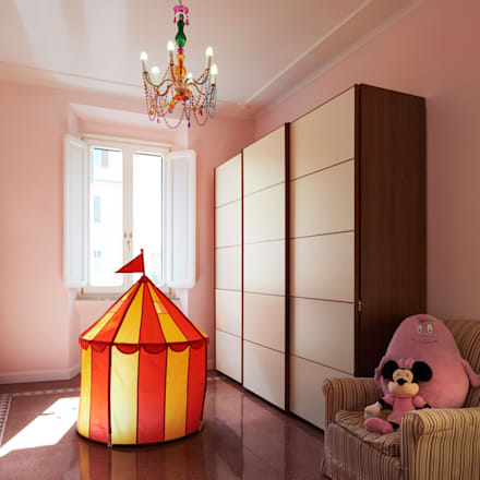 La stanza della bimba.: Stanza dei bambini in stile in stile Classico di Gruppo Castaldi | Roma