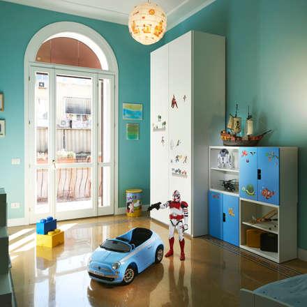 La stanza del bimbo.: Stanza dei bambini in stile in stile Classico di Gruppo Castaldi