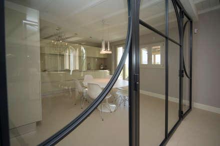 Interior design di villa privata a Montefalco (PG): Finestre in stile  di Fabricamus - Architettura e Ingegneria