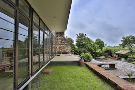 Villa Aaranyak: modern Garden by prarthit shah architects