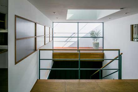 まんなか: group-scoop architectural design studioが手掛けた寝室です。