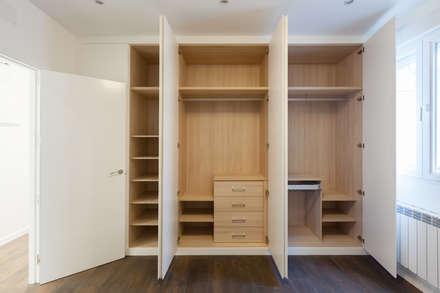 Reforma para piso de 140 m2 en el centro de Madrid.: Dormitorios de estilo moderno de Arkin