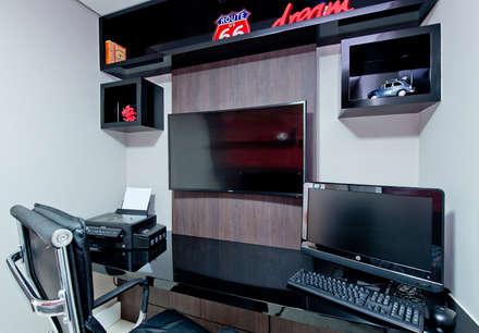 moderner Multimedia-Raum von Kris Bristot Arquitetura