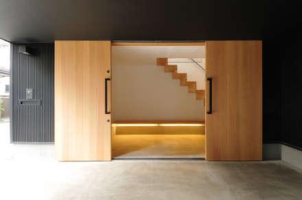土間(玄関): 藤井伸介建築設計室が手掛けた玄関・廊下・階段です。