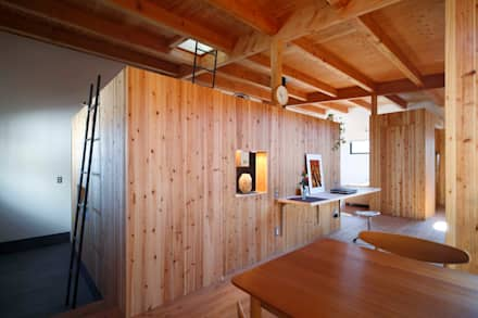 ダイニングとリビングを緩やかに仕切る木の箱: 藤井伸介建築設計室が手掛けたダイニングです。