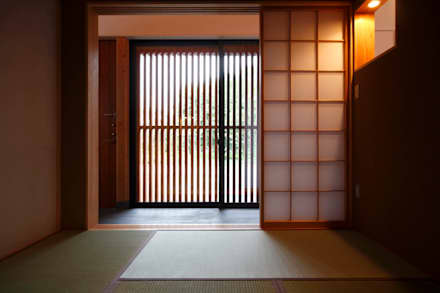 和室と格子戸: 藤井伸介建築設計室が手掛けた和室です。