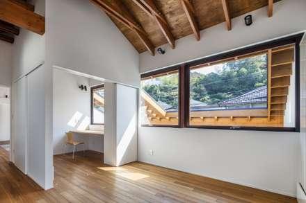 2階寝室と書斎: 藤井伸介建築設計室が手掛けた寝室です。