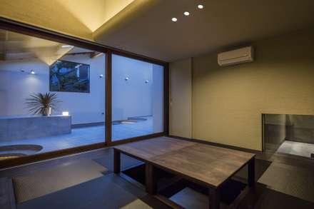 和室。客間、シアタールームとしても使用する。: 藤井伸介建築設計室が手掛けた和室です。
