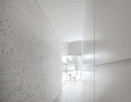 E20 Wohnhaus: minimalistische Ankleidezimmer von steimle architekten