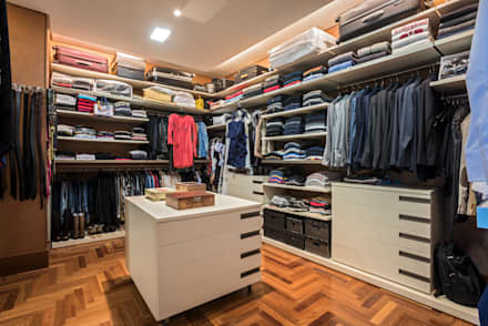 Residência Nova Lima : Closets modernos por Andréa Buratto Arquitetura & Decoração