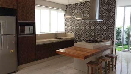 Residência Fazenda da Serra 2: Cozinhas modernas por Monica Guerra Arquitetura e Interiores